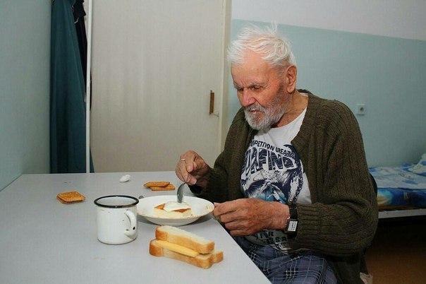 На изображении может находиться: 1 человек, сидит, еда и в помещении
