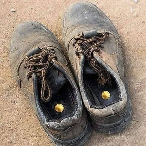 На изображении может находиться: обувь