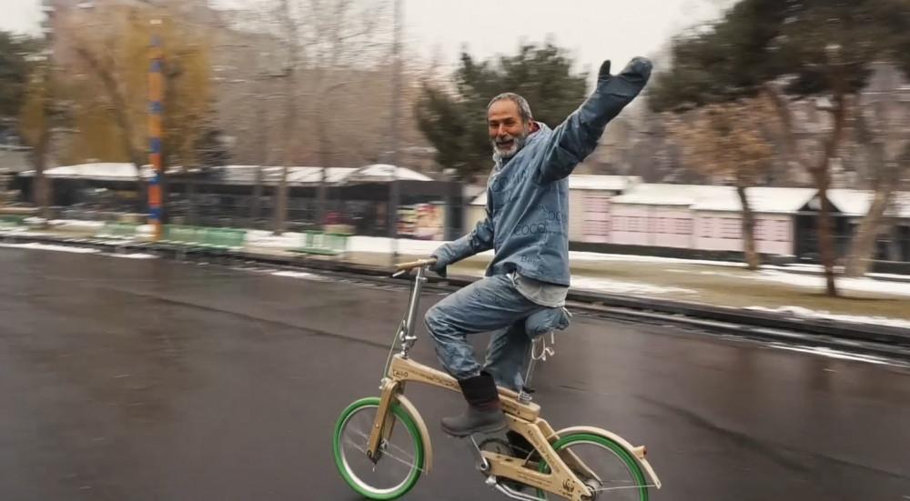 61-ամյա տղամարդը փայտե հեծանիվով ...