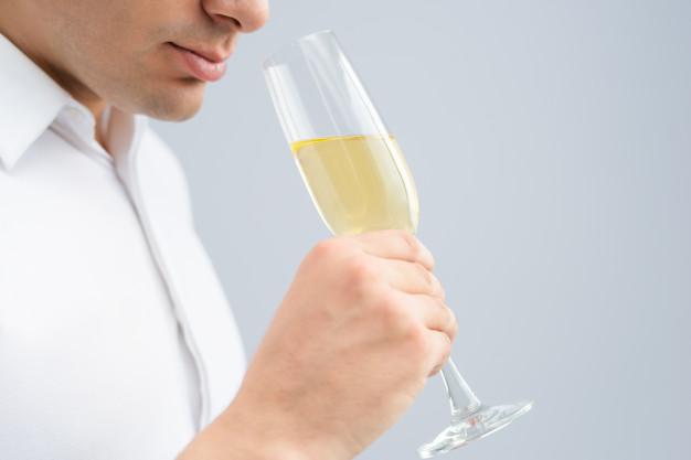 Крупным планом мужчина пьет шампанское из кубка | Бесплатно Фото