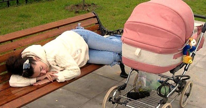 Девушка лежала на лавочке, а в коляске плакал малыш - Обо всем
