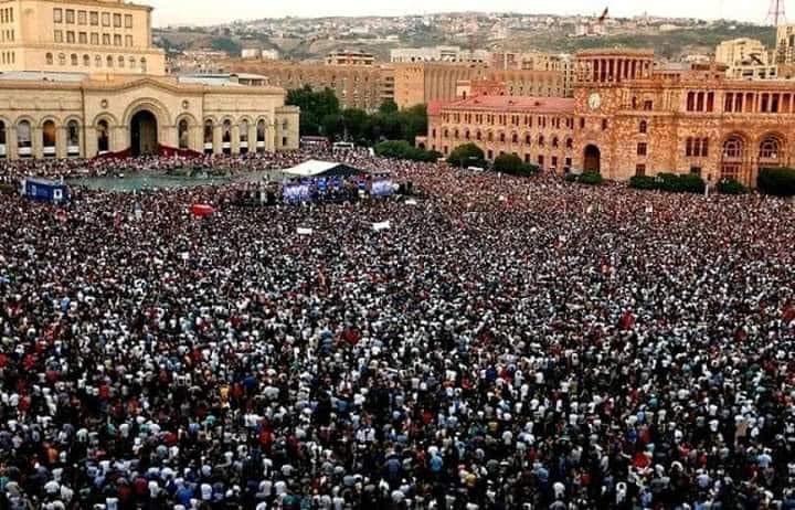 На изображении может находиться: один или несколько человек, толпа и на улице
